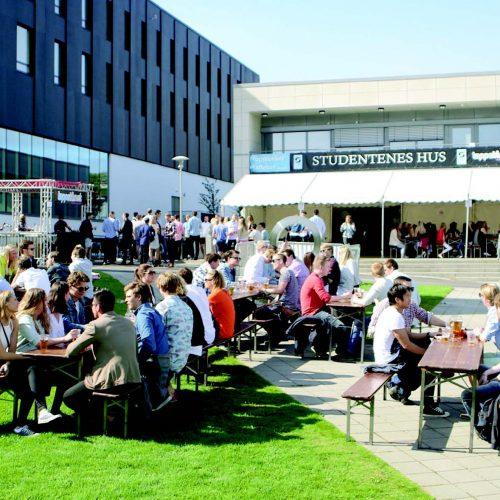 Engasjement er viktig! Her et bilde av engasjerte studenter på en solfylt dag utenfor Studentenes Hus.